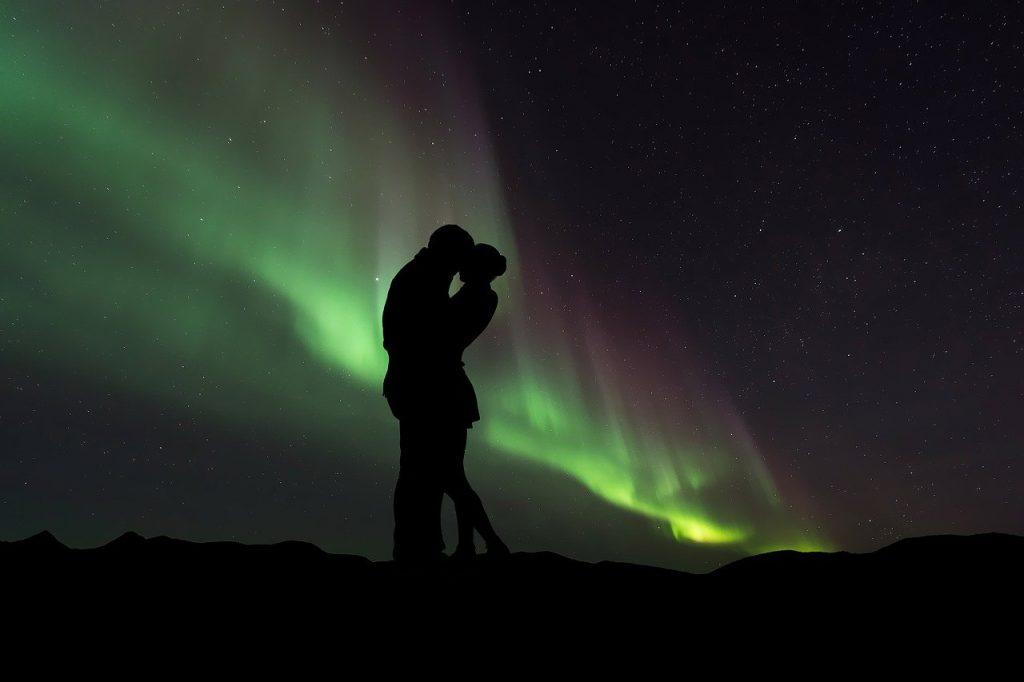 Aurores boreales en couple Islande
